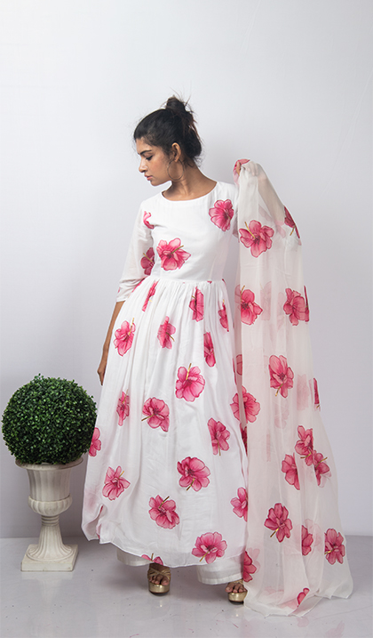 Yoke defined Kurta with gathered waistline has Handpainted floral motifs all over. The Dupatta is also twinned in the same floral motif